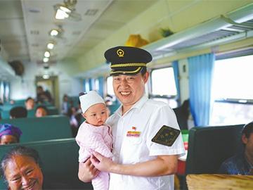 成昆线上行车32年的列车长:大凉山慢火车  漫出幸福味道