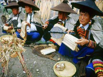 央视专题片:《彝族人的毕摩》