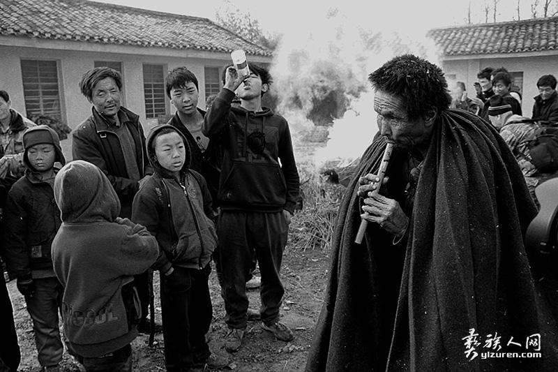 吹奏民间传统乐器的老乐手(凉山布拖拖觉镇洛古乡)