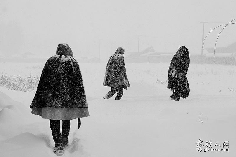 行走在雪中的三个彝人(凉山布拖木尔乡)