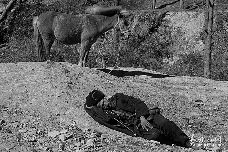 熟睡的老人和马(凉山布拖拖觉镇)