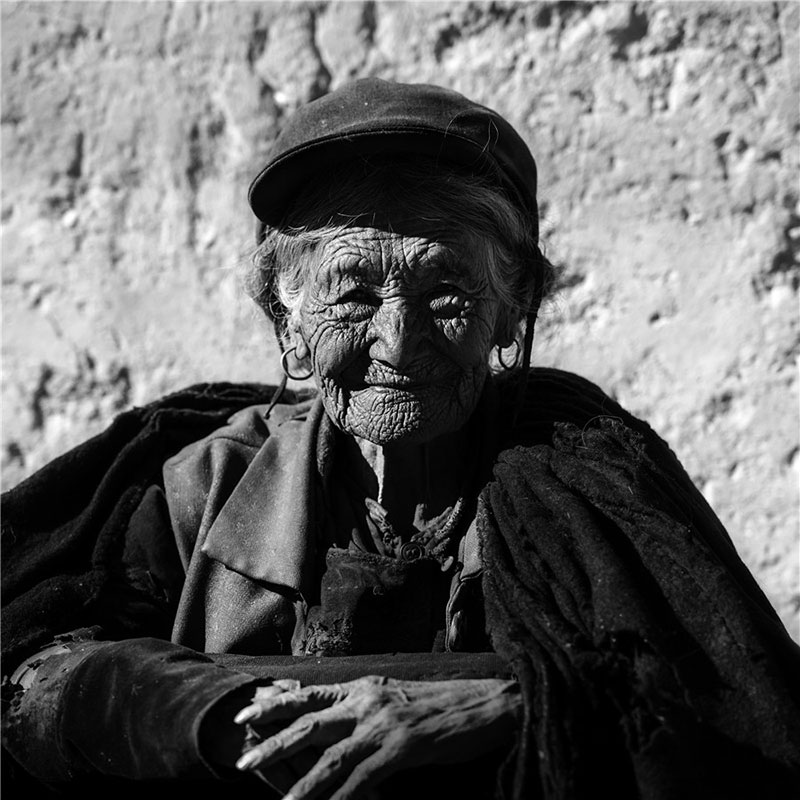 Portrait of an old woman of Yi ethnic group. Photo by He Qinming. [Photo provided by photoint.net]