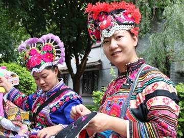 Yi people get rich as their embroidery prospers