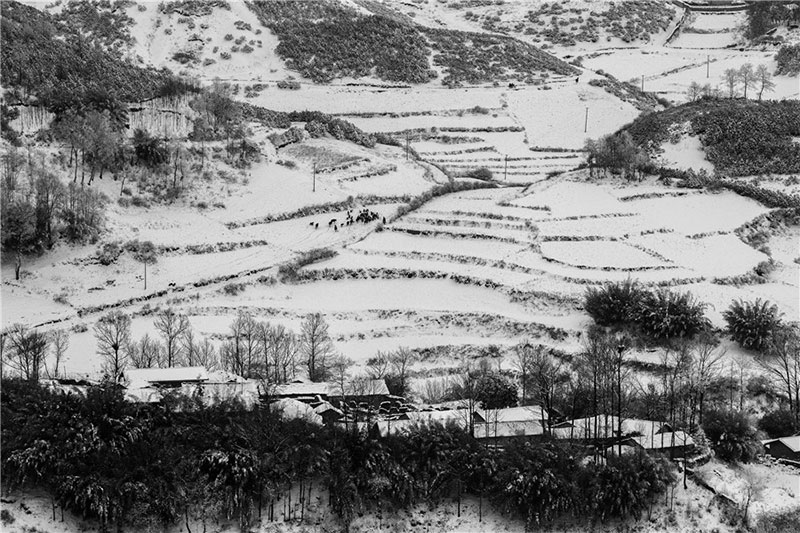 Snow covers Butuo county in Liangshan Yi autonomous prefecture, Sichuan province. Photo by He Qinming. [Photo provided by photoint.net]