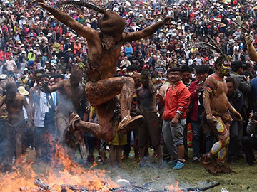 Fire worshipping festival marked in Yunnan
