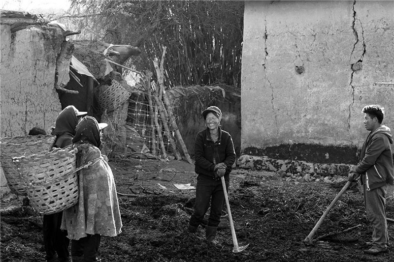 Yi people work in the field. Photo by He Qinming. [Photo provided by photoint.net]