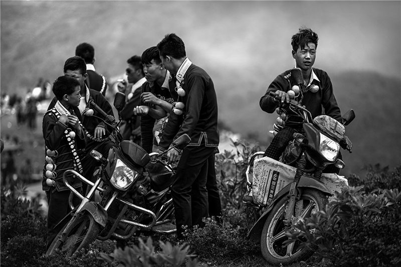 Young Yi people love motorbikes. Photo by Liu Jianming. [Photo provided by photoint.net]