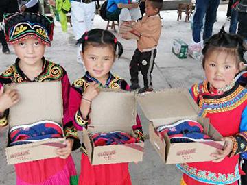 情暖山区彝家儿童  ——中国人爱心团队为玉田镇罗玛村儿童捐赠节日礼物