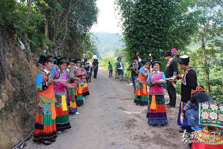 身着民族盛装的彝家姑娘在迎接远道而来的柯蓉.jpg