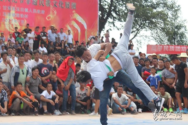 彝族式摔跤:胜负一瞬间.jpg