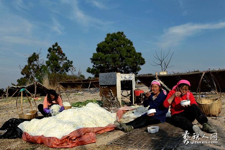 2018年 2月12日。云南省峨山县小簪土村。由于距家路程较远,为了保证劳动时间,两名妇女把中午饭带到劳动现场食用。
