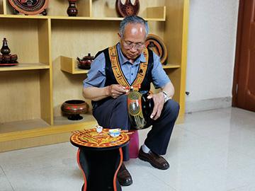 记录·传承:国家级非物质文化遗产彝族漆器髹饰技艺代表性传承人吉伍巫且