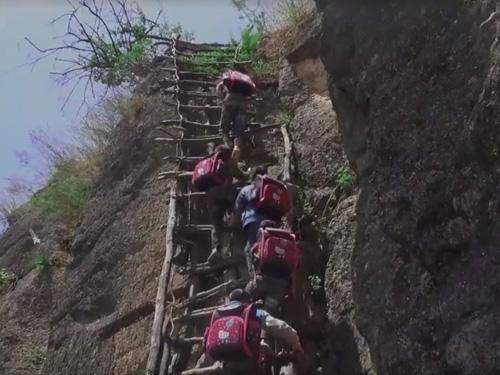 """微纪录丨""""悬崖村""""之路:从藤梯、钢梯到楼梯……"""