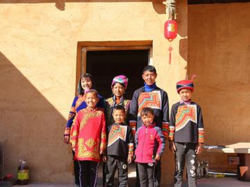 四川凉山州: 彝族小姑娘吉好有果一家搬新房 歌声甜美幸福多