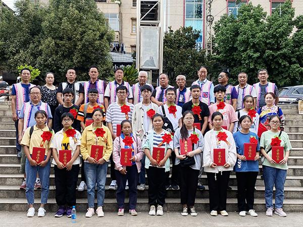 丘北彝族学会为21名彝族学子颁发奖学金