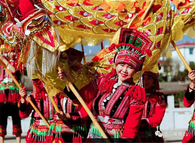石屏式彝族服饰