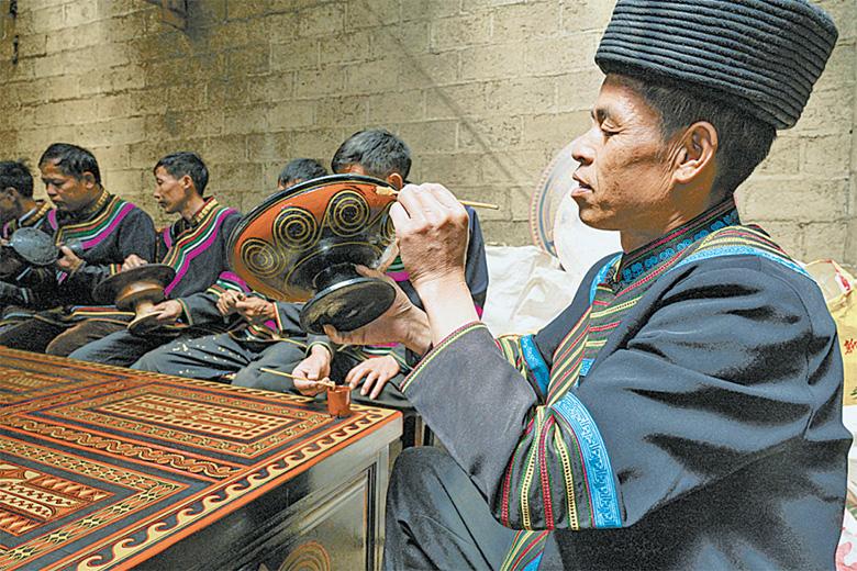 彝族漆器非遗传承人。孙建生 摄