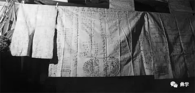 图1:画在白布上的神枝图(阿牛史日摄)