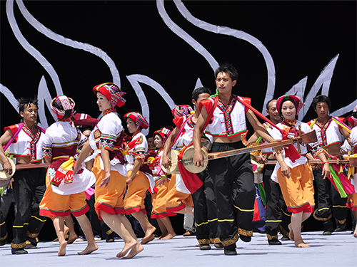"""珍贵视频:1950年建国一周年彝族""""阿细跳月""""(大三弦舞)跳到了中南海"""