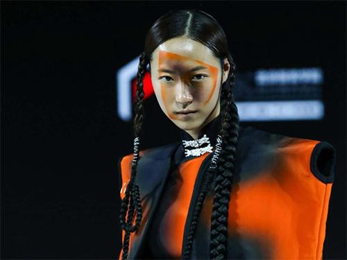 """""""彝""""韵新风·凉山印象:2020北京时装周上的彝族非遗彝绣衍生品"""