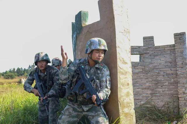 阿木子布在组织战术训练