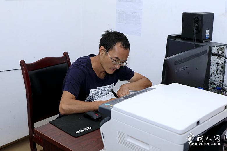第一书记赵志朋在认真规划罗玛村产业发展
