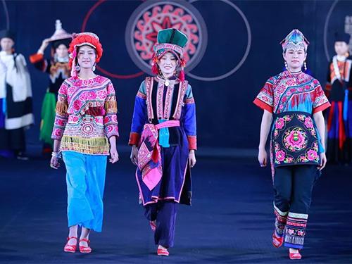 精美的彝族服饰:北京国际设计周彝族服饰展演图选