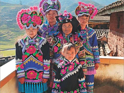 永仁直苴彝族赛装节:1352年的乡村T台秀
