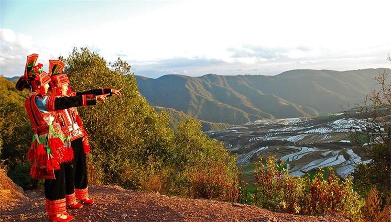 云之美:红河石屏花腰山寨有奇观