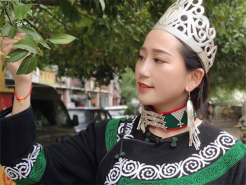 美丽的偶罗阿子:一个继承和发扬大山里彝族文化的金凤凰
