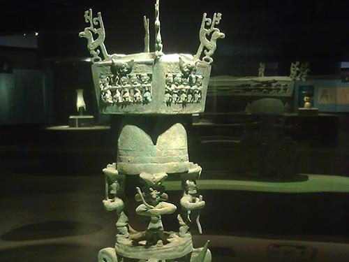 彝族传承的天地观与三星堆文物喻意相适格——浅析彝族神话与儒道神系的类同