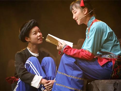 江苏学生新创海安支教小凉山话剧《又见桃花雨》