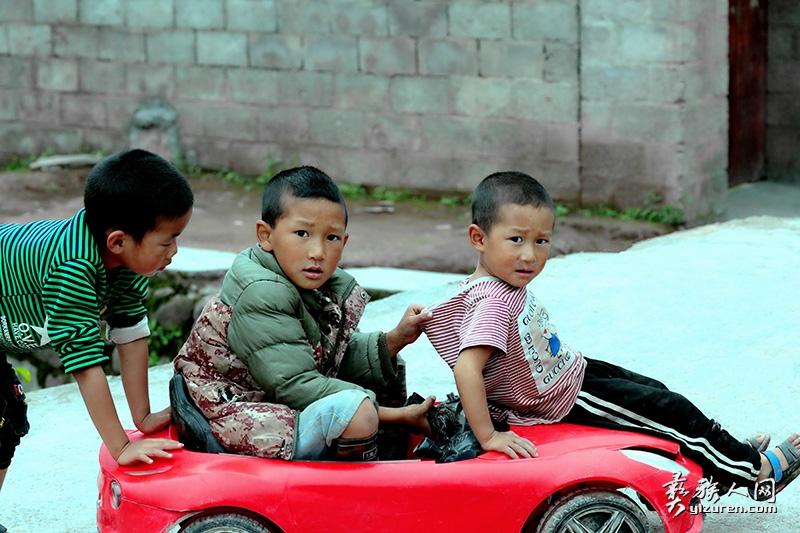 玩具车上的孩子们