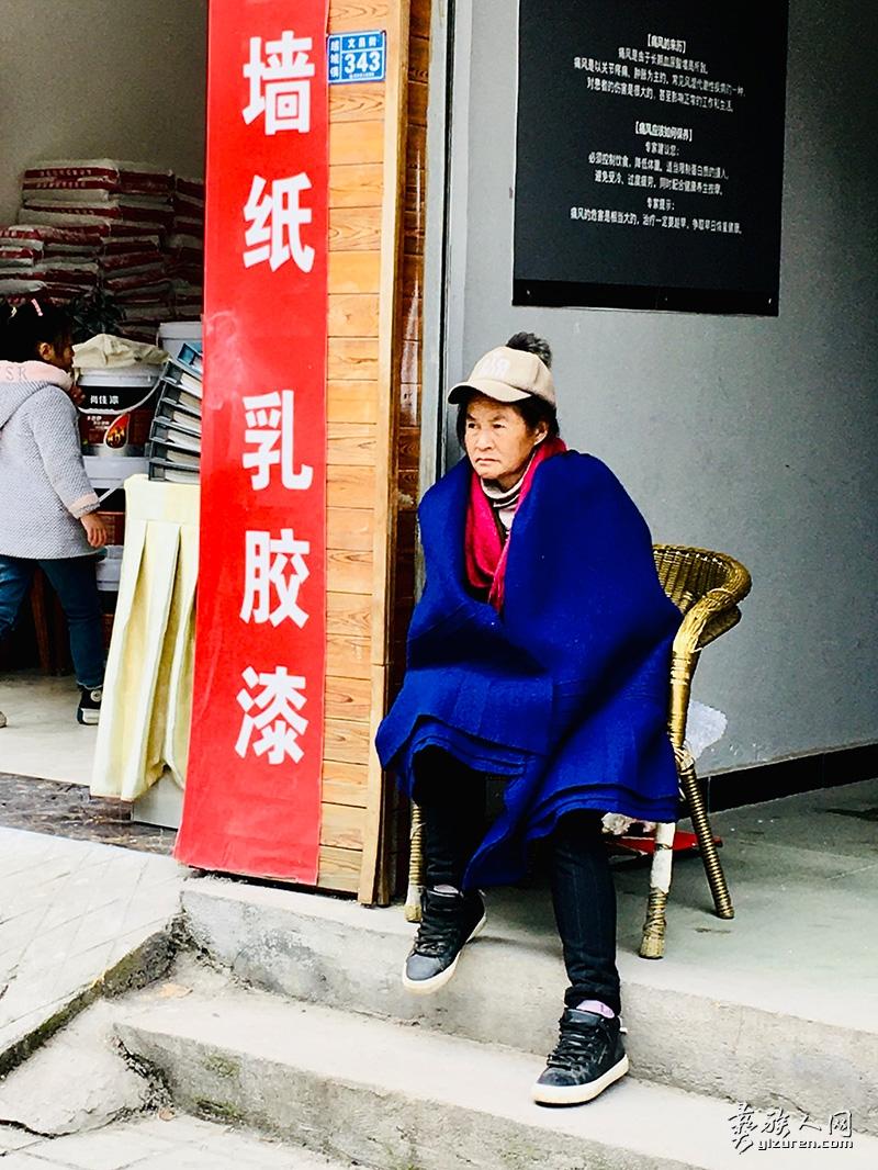 街边休息的妇女