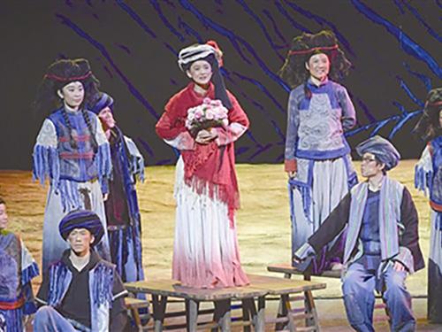 32年支教宁蒗的海安教师主题话剧《索玛花盛开的地方》巡演到海安