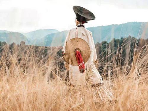 彝族女诗人龙红紫罗诗集:火塘就是阿妈
