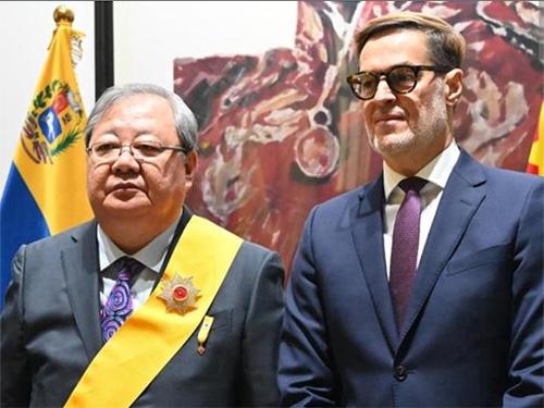 """吉狄马加被委内瑞拉授予""""弗朗西斯科·米兰达""""一级勋章"""