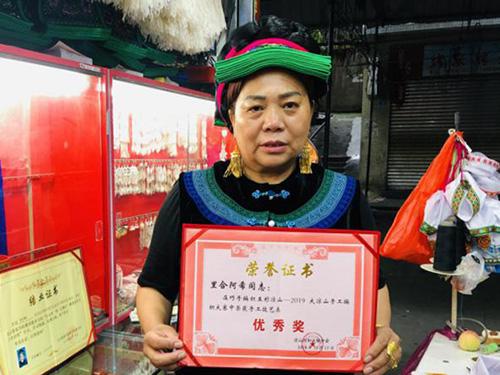 甘洛都沓(英雄带)传承人里合阿希巧手传承民族工艺文化