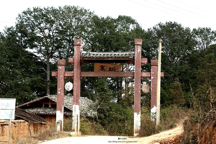 这就是白倮人城寨的大门,他们有自己的语言,但是没有文字。