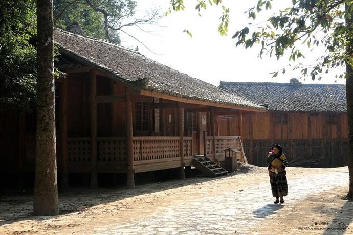 白倮人用66根木头造的干栏式房屋,城寨里一片安宁祥和。