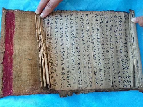 """心灵的经典——彝文古籍""""活化""""浅议"""