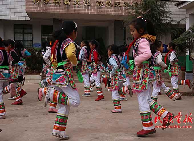 """明德小学的学生在练习""""梅葛""""舞,舞蹈以脚上的动作为主"""
