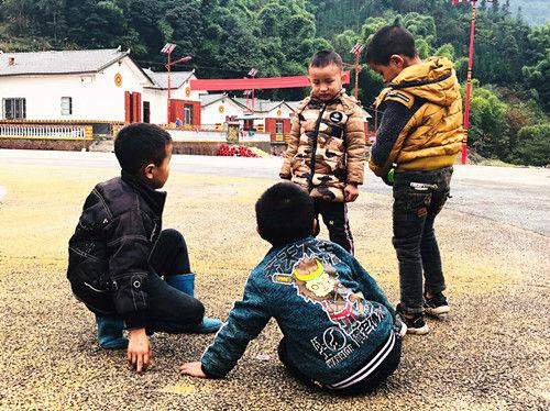 彝家孩子们换上新衣服过新年。程文帝摄