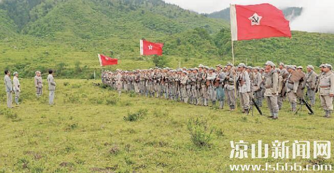 2016年6月2日,电视剧《彝海结盟》剧组在冕宁县冶勒自然保护区拍摄红军过彝海一幕。 记者 李伟 摄