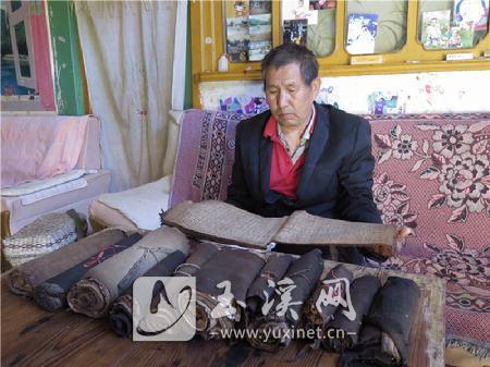 李加荣在读彝文古籍
