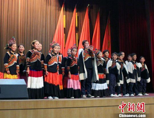 10月26日,内地及港澳青年艺术家走进凉山彝族自治州昭觉县,并观看非遗项目展演。图为彝族青少年演唱彝族歌曲。 张晓曦 摄