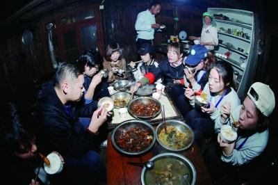 支教团上山后的第一顿饭是在杨克千家里吃的,无论老师们怎么劝,夫妻俩都要站在一边吃饭