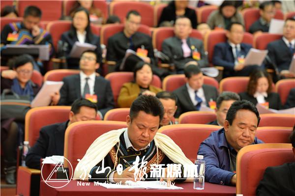 代表委员们认真听取州政府工作报告。1
