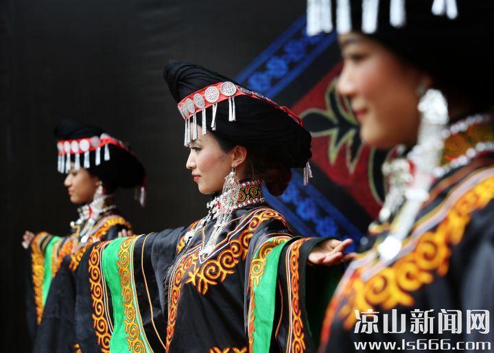 彝族服饰展演 邹森 摄