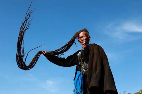 彝族男性老人的头上长长的天菩萨发型。 本报资料